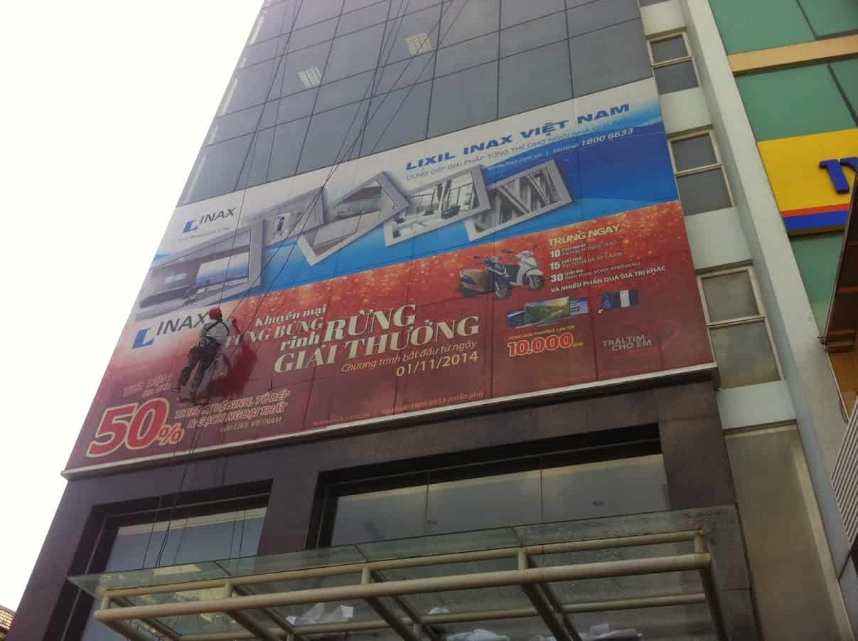thi cong banner toa nha